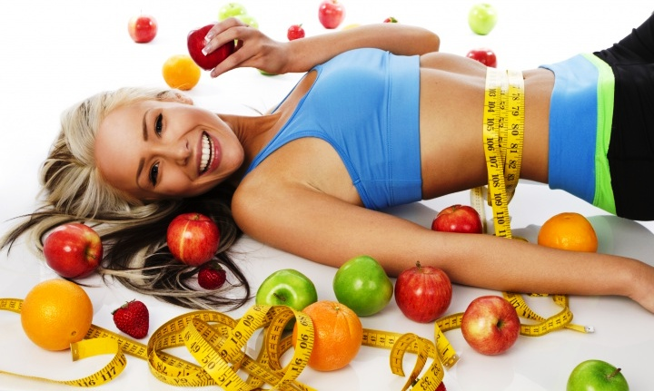стройная девушка и фрукты