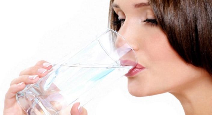 пьет-из-стакана