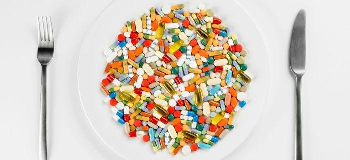 таблетки в тарелке