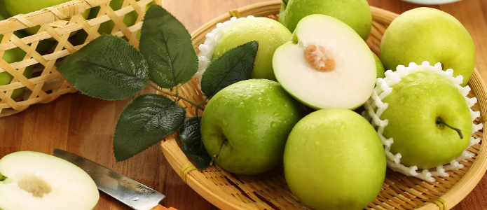 корзина зелёных яблок